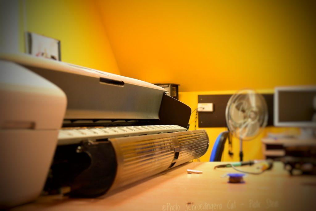 Techniczna obsługa i naprawa ploterów. © Zdjęcie za zgodą Akte.com.pl i autora @PhotoSchroedingerCat https://akte.com.pl/serwis-hp/